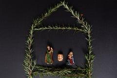 Σταύλος Χριστουγέννων με το figurer Ιησούς, Mary και Joseph στοκ φωτογραφία