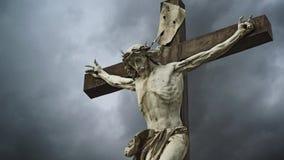 Σταύρωση. Χριστιανικός σταυρός με το άγαλμα του Ιησούς Χριστού απόθεμα βίντεο