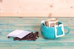 Σταλαγματιά καφέ στη συσκευασία σταλαγματιάς φλυτζανιών και καφέ στοκ εικόνα με δικαίωμα ελεύθερης χρήσης
