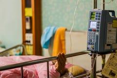 Σταλαγματιά σίτισης αντλιών έγχυσης στους ασθενείς στοκ εικόνες