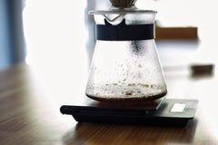 Σταλαγματιά χεριών Χύστε πέρα από την παρασκευάζοντας μέθοδο καφέ Στοκ Εικόνες