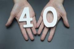 Στα θηλυκά χέρια ο αριθμός σαράντα στοκ φωτογραφία με δικαίωμα ελεύθερης χρήσης