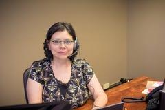 Σταδιοδρομία-απασχολημένος θηλυκός επαγγελματίας στην αρχή στοκ φωτογραφία με δικαίωμα ελεύθερης χρήσης