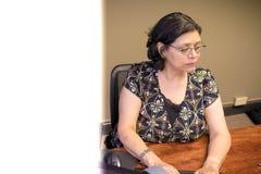 Σταδιοδρομία-απασχολημένος θηλυκός επαγγελματίας στην εργασία στοκ φωτογραφίες