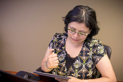 Σταδιοδρομία-απασχολημένος θηλυκός επαγγελματίας στην εργασία στοκ εικόνα