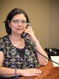 Σταδιοδρομία-απασχολημένος θηλυκός επαγγελματίας στην εργασία στοκ εικόνες