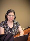 Σταδιοδρομία-απασχολημένο θηλυκό επαγγελματικό χρησιμοποιώντας lap-top Στοκ Φωτογραφίες