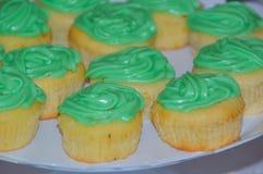 Στα κέικ μιας πιάτων στάρπης με την κρέμα στοκ εικόνες
