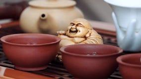 Στα μικρά φλυτζάνια που χύνονται το εύγευστο και ευώδες τσάι, παίρνει έπειτα ένα φλυτζάνι των χεριών γυναικών φιλμ μικρού μήκους