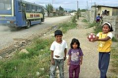 Στα παίζοντας παιδιά αμερικανών ιθαγενών οδών αμμοχάλικου Στοκ εικόνα με δικαίωμα ελεύθερης χρήσης