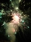 Στα πανέμορφα πυροτεχνήματα νυχτερινού ουρανού στοκ εικόνες