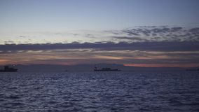 Στα σκάφη θάλασσας βραδιού στο roadstead απόθεμα βίντεο