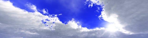 Στα σύννεφα, ανατολή στα σύννεφα ελεύθερη απεικόνιση δικαιώματος