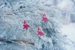Στα χιονισμένα παιχνίδια χριστουγεννιάτικων δέντρων Στοκ φωτογραφία με δικαίωμα ελεύθερης χρήσης