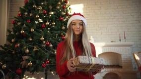 Στα Χριστούγεννα, ένα όμορφο κορίτσι βρήκε ένα δώρο κάτω από το δέντρο Έννοια: μαγικός, Χριστούγεννα, δώρο, διακοπές φιλμ μικρού μήκους