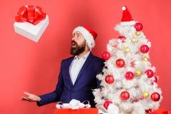 Στείλετε ή λάβετε το χριστουγεννιάτικο δώρο Επίσημο κοστούμι hipster ατόμων το γενειοφόρο ευτυχές γιορτάζει τα Χριστούγεννα Γρήγο στοκ εικόνες