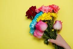 Στείλετε στα λουλούδια τη σε απευθείας σύνδεση έννοια Παράδοση λουλουδιών για την ημέρα βαλεντίνων και μητέρων Ανθοδέσμη των κόκκ στοκ φωτογραφίες