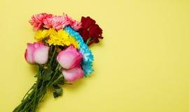 Στείλετε στα λουλούδια τη σε απευθείας σύνδεση έννοια Παράδοση λουλουδιών για την ημέρα βαλεντίνων και μητέρων Ανθοδέσμη των κόκκ στοκ εικόνες με δικαίωμα ελεύθερης χρήσης