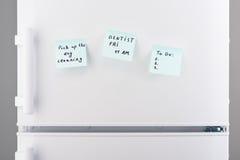Στεγνός καθαρισμός επιλογών, σημειώσεις οδοντιάτρων, για να κάνει τον κατάλογο σχετικά με το ψυγείο Στοκ Φωτογραφία