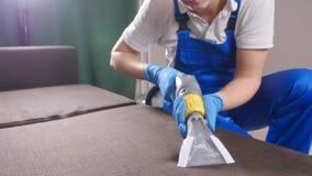 Στεγνός καθαρισμός ο καναπές στο διαμέρισμα ή το γραφείο απόθεμα βίντεο