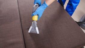 Στεγνός καθαρισμός ο καναπές στο διαμέρισμα ή το γραφείο φιλμ μικρού μήκους
