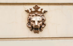 Στεμμένο λιοντάρι - ένα σύμβολο της δύναμης Αριθμός του λιονταριού χαλκού στην πρόσοψη Στοκ Φωτογραφία