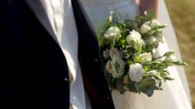 Στενά επάνω λουλούδια νεόνυμφων και νυφών ευτυχής εκλεκτής ποιότητας γάμος ημέρας ζευγών ιματισμού απόθεμα βίντεο