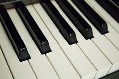 στενά πλήκτρα εστίασης θαμπάδων ανασκόπησης ένα εκλεκτικό επάνω λευκό πιάνων στοκ εικόνα