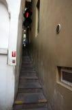 Στενά σκαλοπάτια με έναν φωτεινό σηματοδότη Στοκ φωτογραφίες με δικαίωμα ελεύθερης χρήσης
