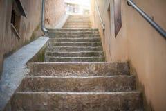 Στενά σκαλοπάτια πετρών στην παλαιά πόλη στοκ εικόνες