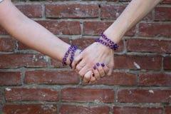Στενά χέρια Στοκ φωτογραφία με δικαίωμα ελεύθερης χρήσης