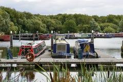 Στενές βάρκες στην αποβάθρα στον Τάμεση και τη μαρίνα Kennet, ανάγνωση Στοκ Φωτογραφίες