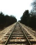 στενές διαδρομές σιδηροδρόμου γραμμών ημέρας δύο επάνω στοκ φωτογραφία