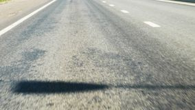 Στενές κινήσεις καμερών άποψης πίσω κατά μήκος της σύγχρονης εθνικής οδού την ηλιόλουστη ημέρα απόθεμα βίντεο