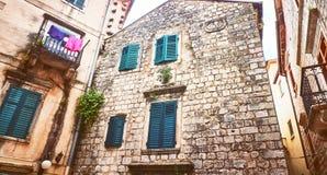 Στενές μικρές οδοί Kotor της ιστορικής παλαιάς πόλης Σπιτιών ξεραίνοντας τυφλή παλαιά πέτρα ήλιων λινού φωτεινή Αυθεντικές δομές  Στοκ Φωτογραφία