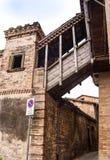 Στενές οδός και γέφυρα σε Montefalco στοκ φωτογραφίες