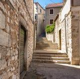 Στενές οδοί της μεσογειακής πόλης Κροατία Στοκ Εικόνες