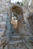 Στενές σκαλοπάτια και αψίδα πετρών στο κάστρο Κροατία Mirabella Στοκ Εικόνες