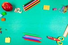 στενές σχολικές προμήθειες μοιρογνωμόνιων πυξίδων επάνω Έννοια πίσω στο σχολείο Τοπ όψη Επίπεδος βάλτε Στοκ φωτογραφία με δικαίωμα ελεύθερης χρήσης
