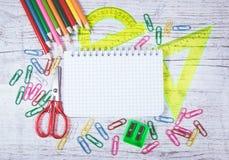 στενές σχολικές προμήθειες μοιρογνωμόνιων πυξίδων επάνω Μια θέση για μια επιγραφή πίσω σχολείο Στοκ Εικόνα