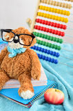 στενές σχολικές προμήθειες μοιρογνωμόνιων πυξίδων επάνω Το Teddy αντέχει με τα γυαλιά Στοκ φωτογραφίες με δικαίωμα ελεύθερης χρήσης