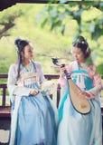 Στενές φίλες bestie στην κινεζική παραδοσιακή αρχαία κιθάρα λαγούτων pipa παιχνιδιού κοστουμιών Στοκ Εικόνα