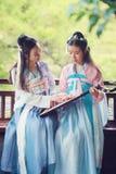Στενές φίλες bestie στην κινεζική παραδοσιακή αρχαία κιθάρα λαγούτων pipa παιχνιδιού κοστουμιών Στοκ φωτογραφίες με δικαίωμα ελεύθερης χρήσης