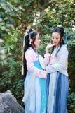 Στενές φίλες bestie στο κινεζικό παραδοσιακό αρχαίο κοστούμι στοκ φωτογραφία