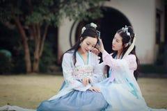 Στενές φίλες bestie στο κινεζικό παραδοσιακό αρχαίο κοστούμι στοκ φωτογραφίες με δικαίωμα ελεύθερης χρήσης
