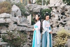 Στενές φίλες bestie στο κινεζικό παραδοσιακό αρχαίο κοστούμι στοκ εικόνες με δικαίωμα ελεύθερης χρήσης