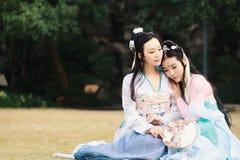 Στενές φίλες bestie στο κινεζικό παραδοσιακό αρχαίο κοστούμι στοκ εικόνα με δικαίωμα ελεύθερης χρήσης