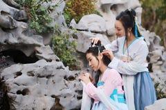 Στενές φίλες bestie στο κινεζικό παραδοσιακό αρχαίο κοστούμι στοκ εικόνες