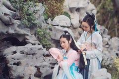 Στενές φίλες bestie στο κινεζικό παραδοσιακό αρχαίο κοστούμι στοκ φωτογραφία με δικαίωμα ελεύθερης χρήσης