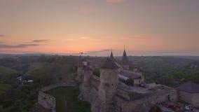 Στενή άποψη από τον κηφήνα kamianets-Podilskyi Caslte με το μπαλόνι αέρα στον ουρανό απόθεμα βίντεο
